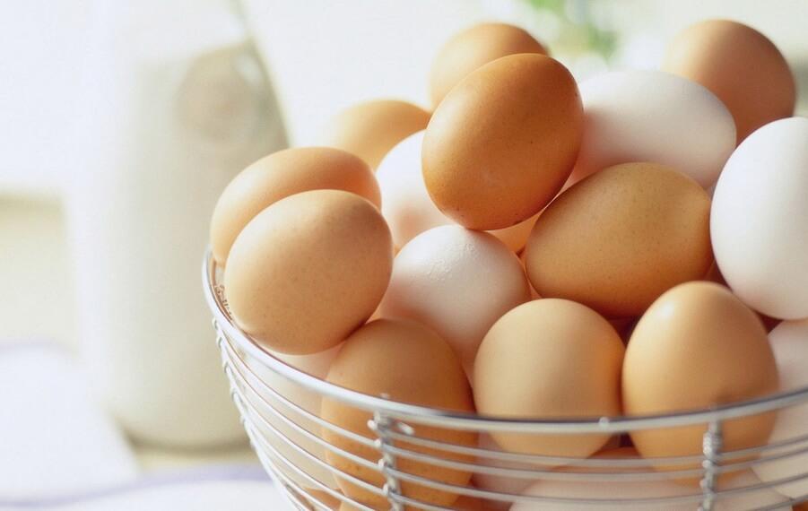 Сколько весит куриное яйцо — как узнать?