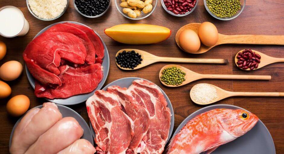 Сырые белковые продукты на столе