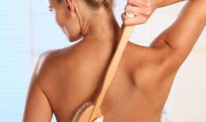 Сухой массаж щеткой: польза и как правильно выполнять
